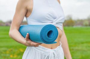 Blaue Pilates-Matte aufgerollt