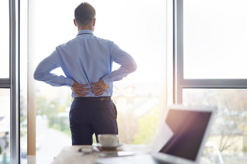 Bürojobs, mangelnde Bewegung und die falsche Haltung sind oft verantwortlich für Rückenschmerzen