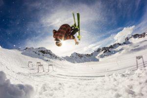 Ski-Fahrer macht einen Jump