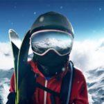 Skifahrer steht auf einem Berg