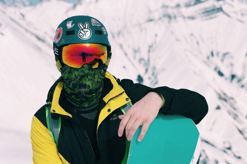 Snowboarder steht auf der Piste
