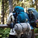 Zwei Backpacker mit Rucksack von hinten