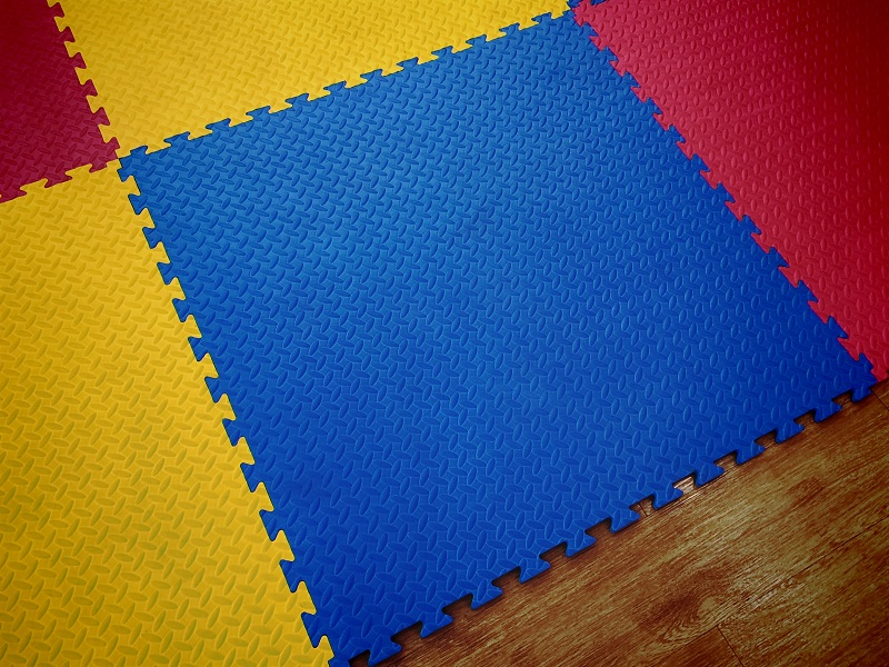 Blaue, rote und gelbe Puzzlematten