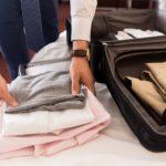 Geschäftsmann packt seinen Koffer