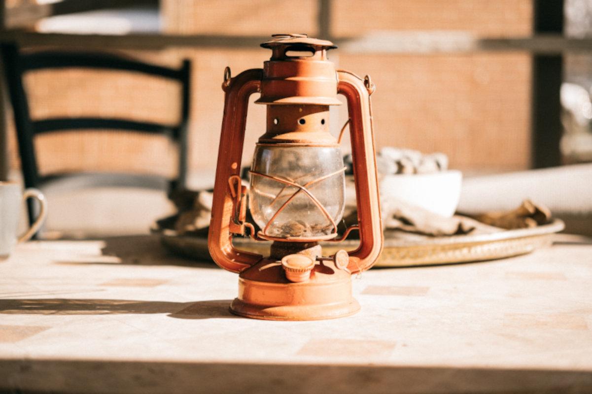 Campinglampe auf dem Tisch