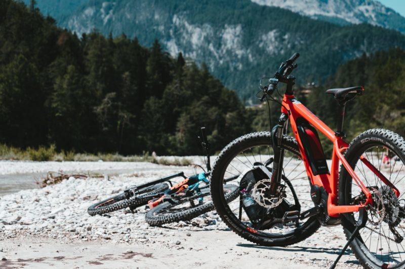 2 E- Mountainbikes offroad auf einem Trail
