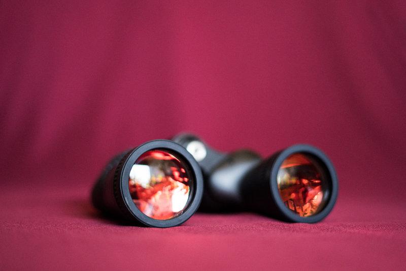 Fernglas mit roten Gläsern