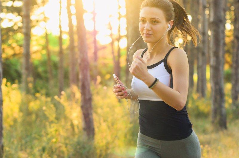 Frau trainiert ihre Ausdauer beim Joggen