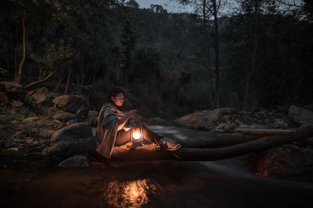 Frau mit Campinglampe