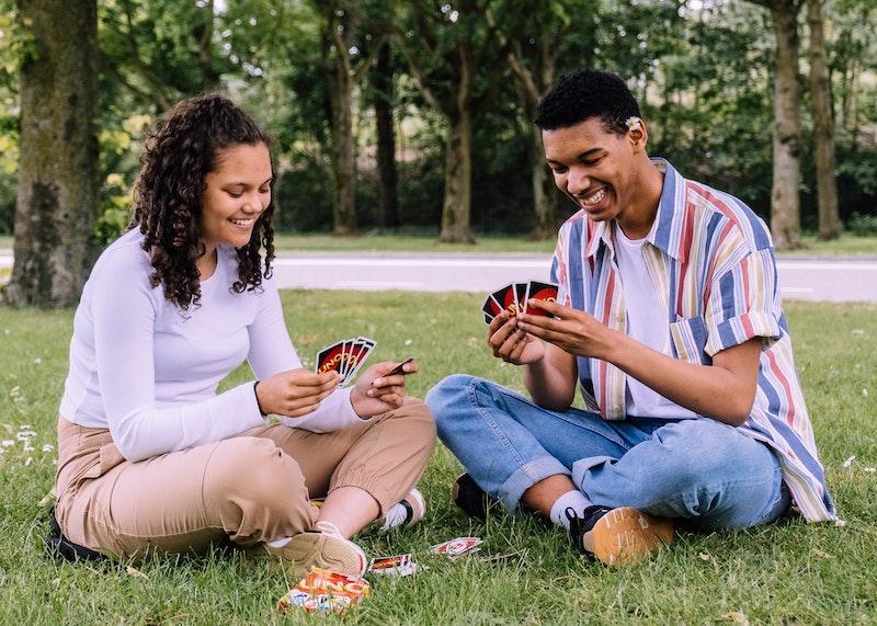 Frau und Mann spielen Uno