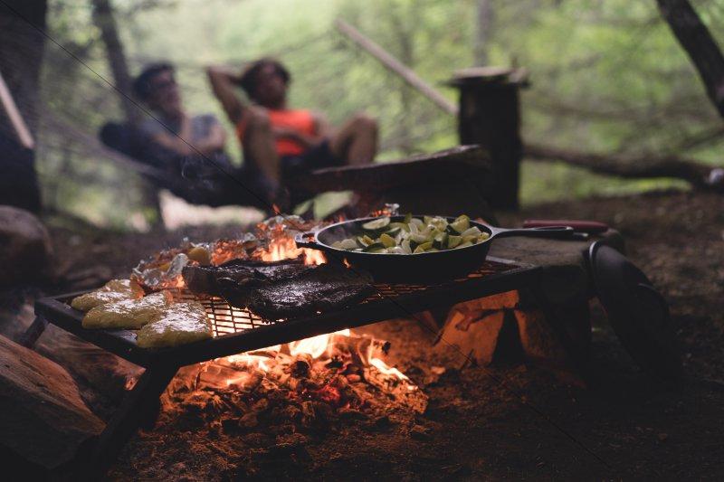 Wenn Du nicht mithilfe von Kochgeschirr kochen willst, kannst Du auch einfach grillen.