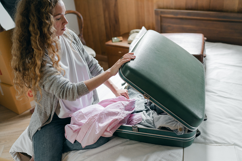 Eine Frau packt ihren Koffer