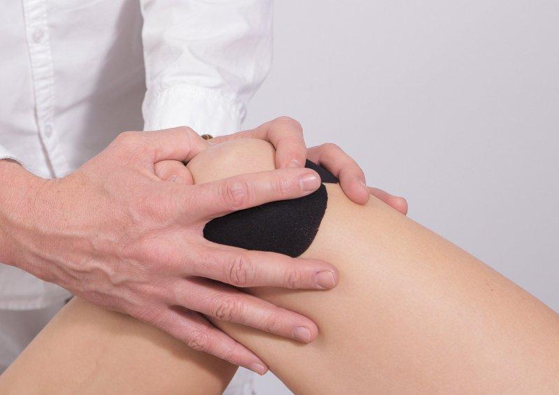 Mann behandelt Knie