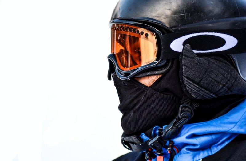 Ein Mann trägt ein Skibrille mit Sehstärke, die orangene Gläser hat.