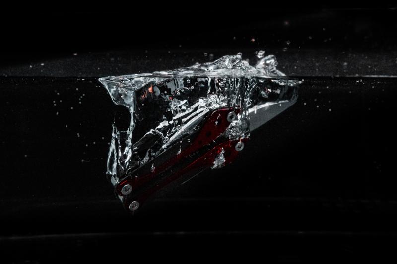 Ein im Wasser sinkendes Taschenmesser