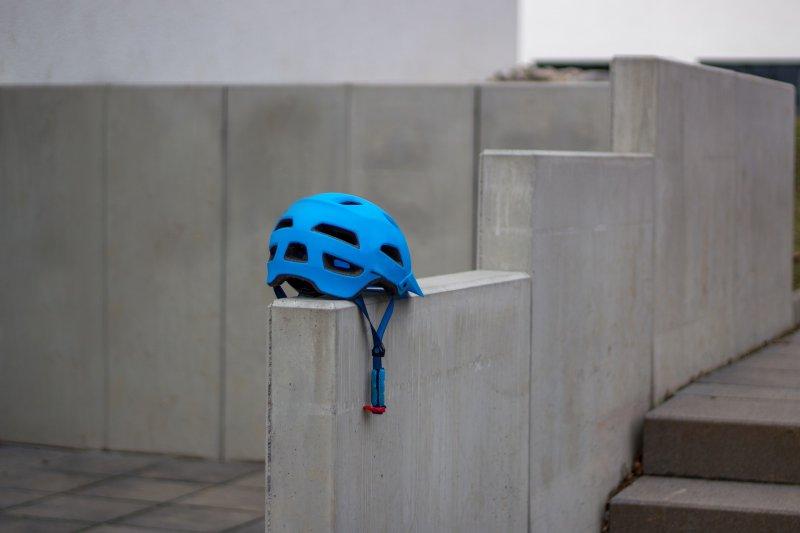 Mit Helm Einrad fahren