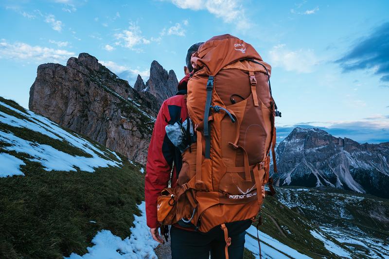 Person mit Trekkingrucksack