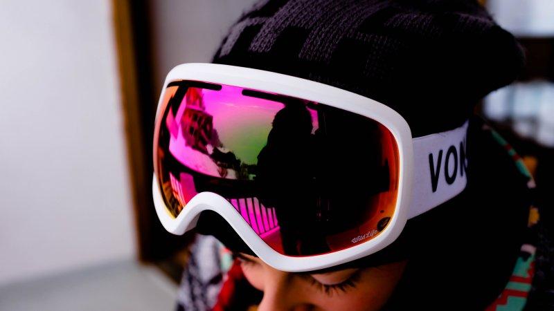 Bunte, polarisierte Skibrille, die auch als OTG getragen werden kann.