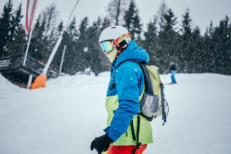 Mann trägt polarisierte Skibrille und es schneit.