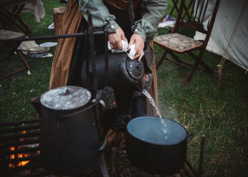 Für die Reinigung von Camping Kochgeschirr benötigst Du zum Beispiel einen Schwamm und Spülmittel.