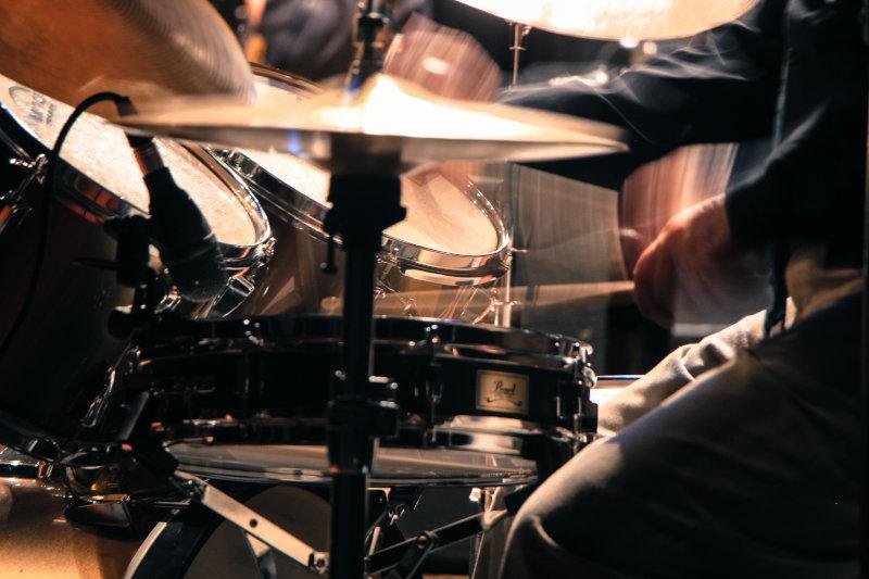 Person spielt Schlagzeug