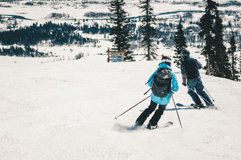 Skifahrer mit Rucksack