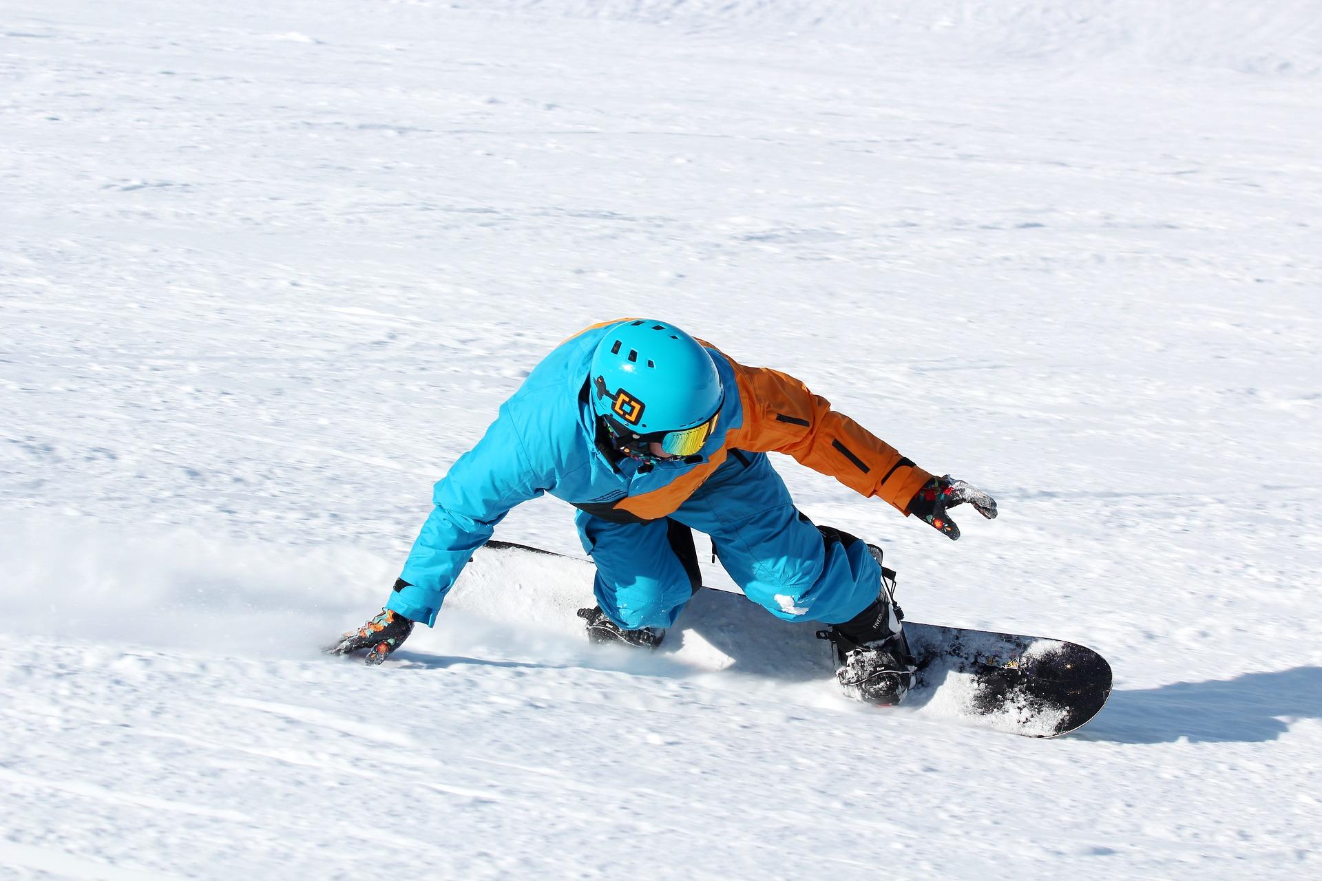 Snowboarder mit Skihelm im Test