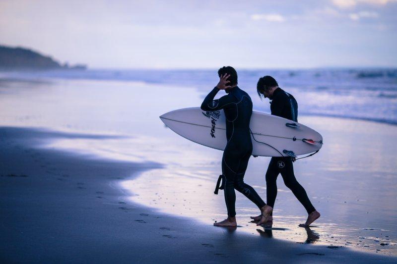 Surfer mit Neoprenanzügen