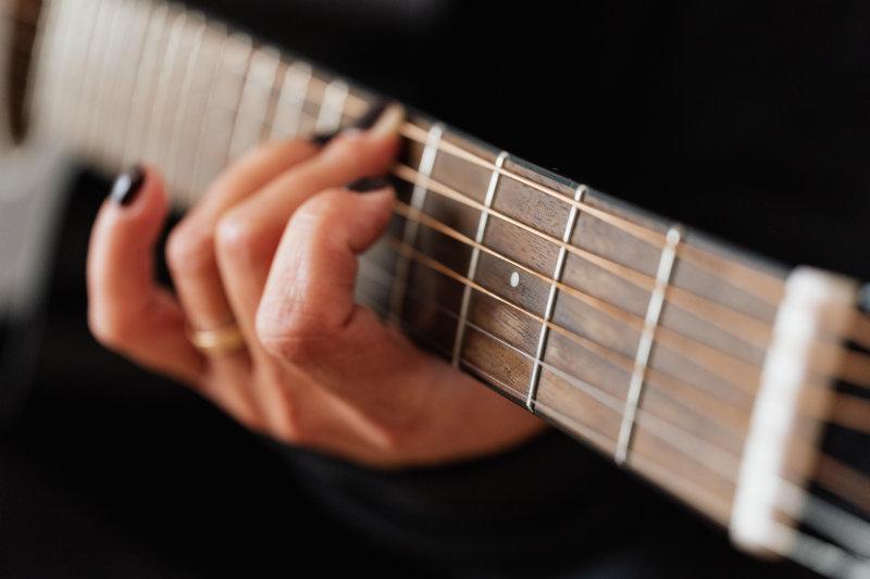 Auf einer Ukulele die Gitarrenakkorde spielen