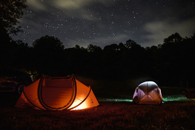 Verschiedene Outdoor Campingzelte bei Nacht