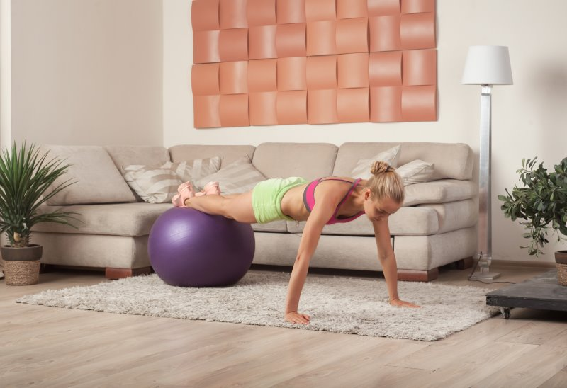 Workout mit dem Gymnastikball als Alternative zum Balancekissen