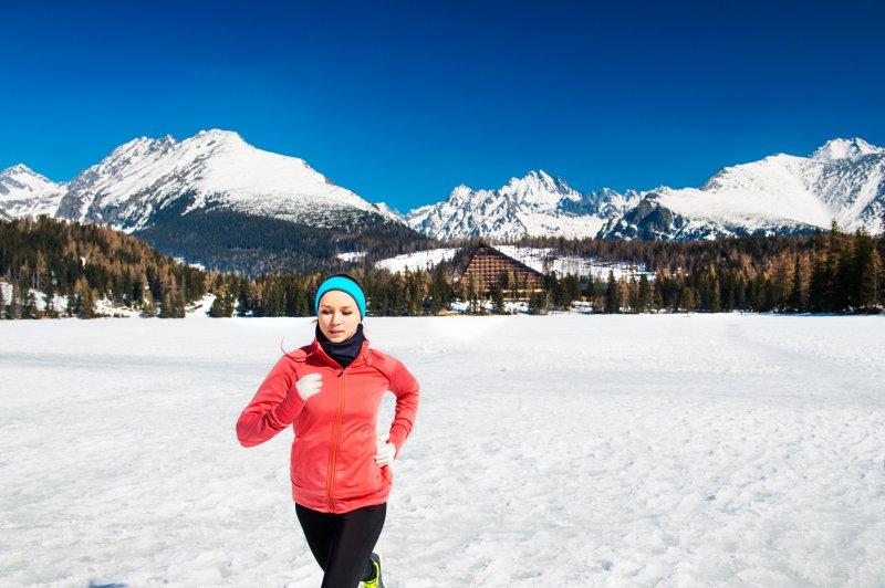 Eine Frau läuft im Winter.
