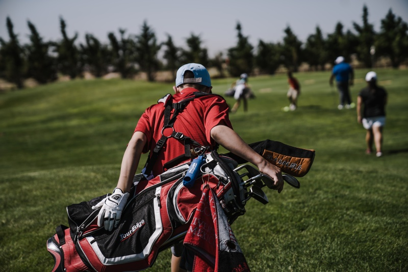Ein Kind ohne Golf-Trolley