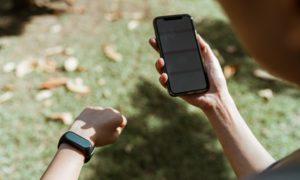 Der Puls wird per Handy und Uhr gemessen