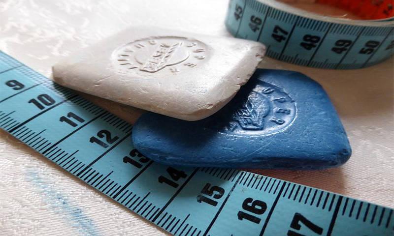 weiße und blaue Schneiderkreide