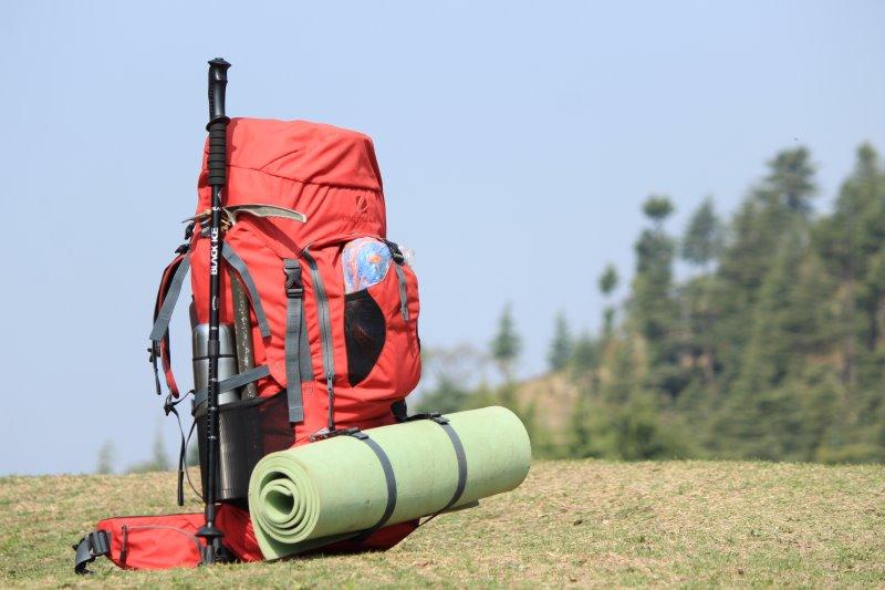 Trekkingrucksack mit Isomatte und Wanderstöcken