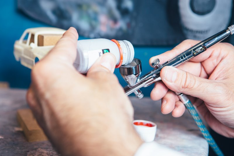 Airbrush-Farbe wird in eine Airbrush-Pistole gefüllt