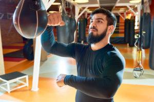 Boxer trainiert mit einem Punchingball
