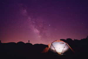 aufblasbares Zelt bei Nacht