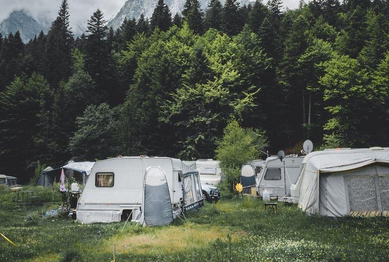 Camping für Anfänger: Wohnwagen am Campingplatz