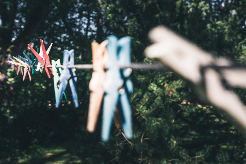 Wäscheleine mit Wäscheklammern