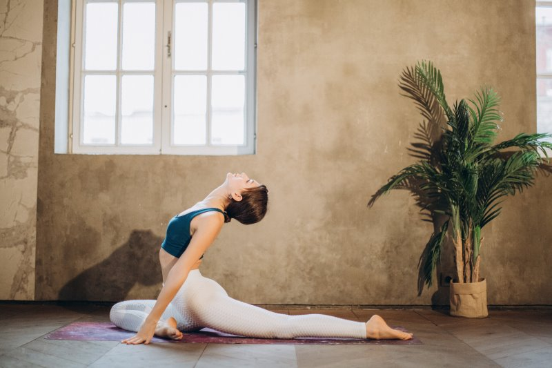 Frau dehnt durch Yin Yoga