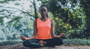 Frau praktiziert Yoga-Arten in der Natur