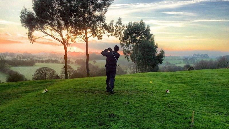 Golf beim sonnenaufgang