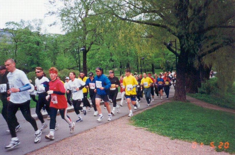 Laufen in einer Gruppe, die alle Laufjacken tragen
