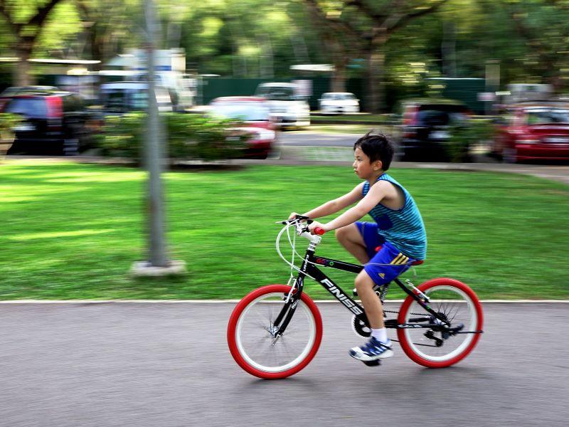 Junge Fahrrad