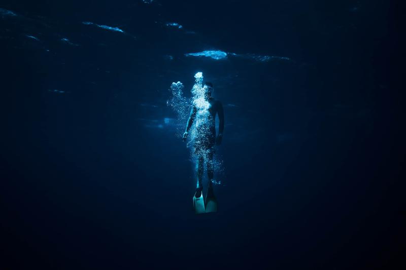 Mensch in dunklem Wasser