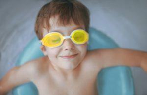 Kind mit einer Taucherbrille