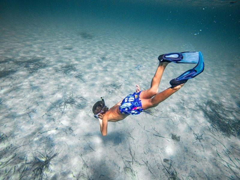Kinderschwimmflossen im Test - Tauchender Junge