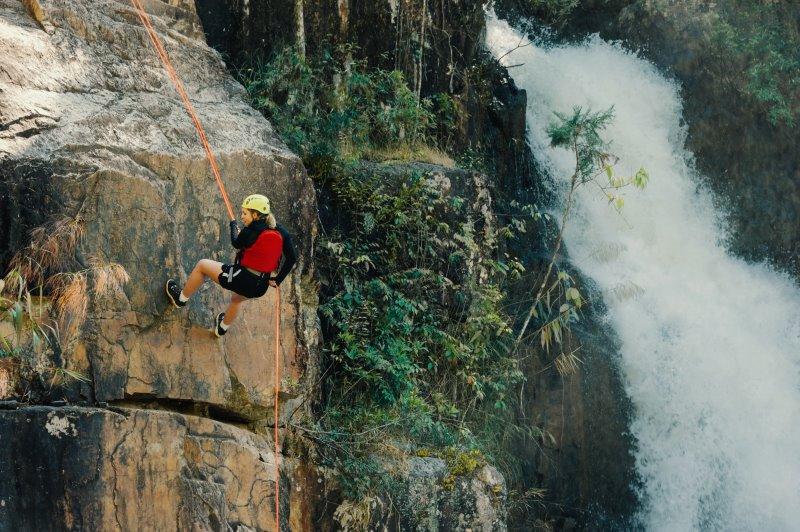 Frau klettern mit Kletterhelm